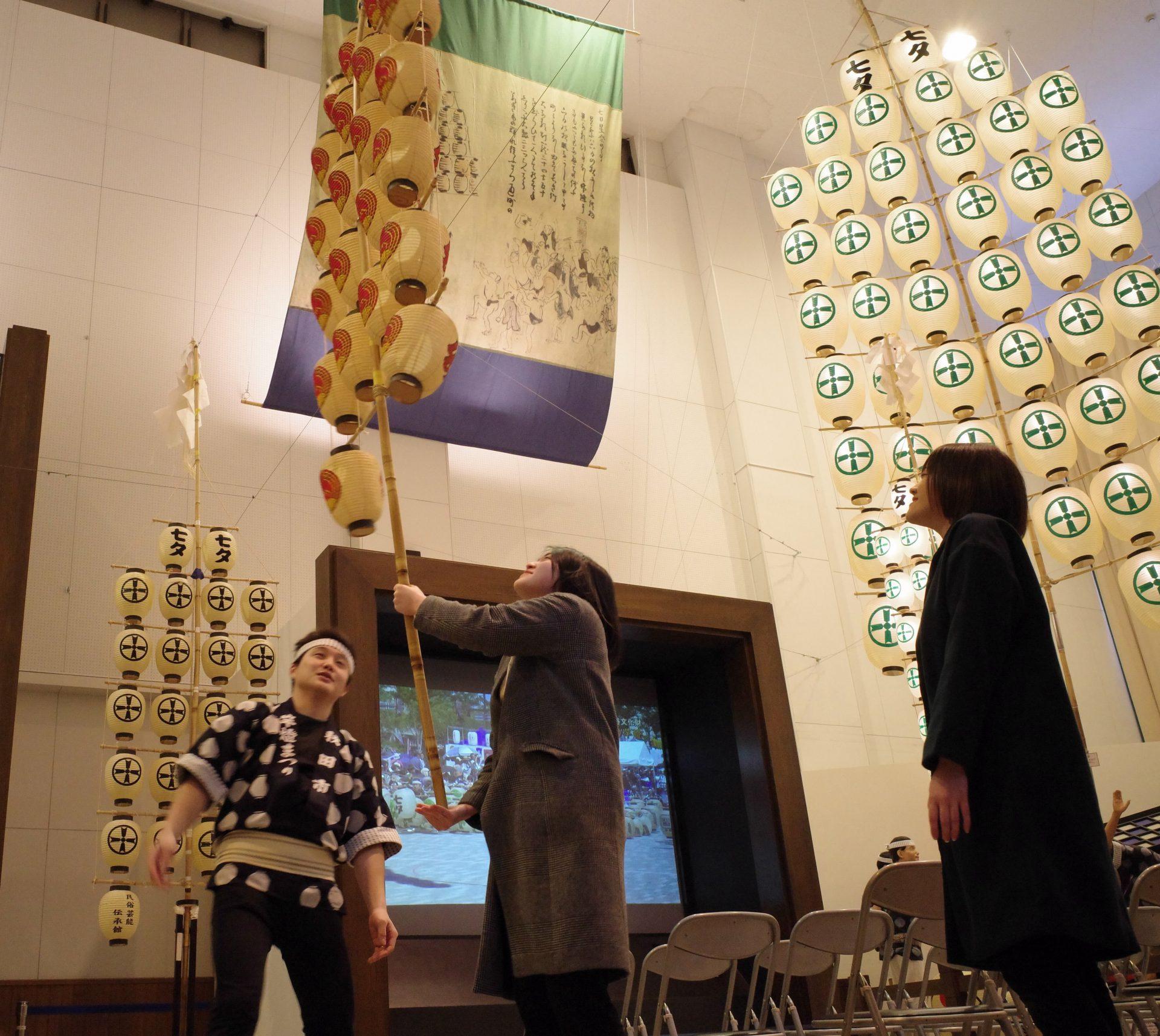 写真:伝統の神業「竿燈」修業4